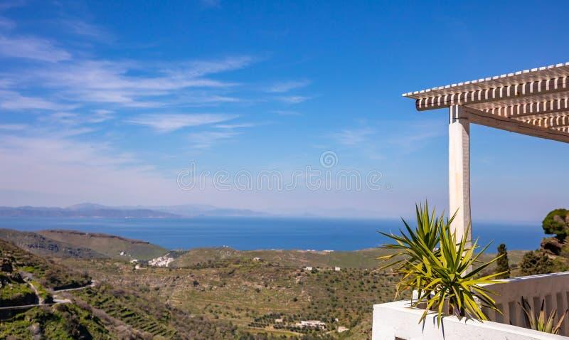 Vita träpergoladetaljer, klar blå himmel och havsbakgrund, kopieringsutrymme arkivfoto