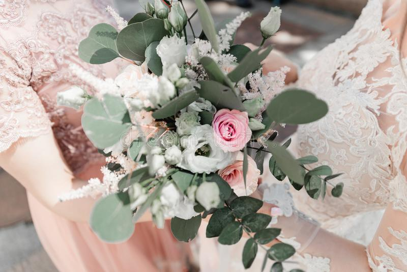 vita tulpan f?r blomma f?r bakgrundssammans?ttningsconvolvulus Ursnygga bruds bukett arkivfoton