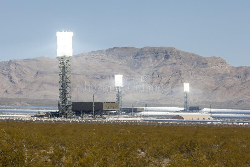 Vita varma torn för solenergi för Mojaveöken royaltyfri bild