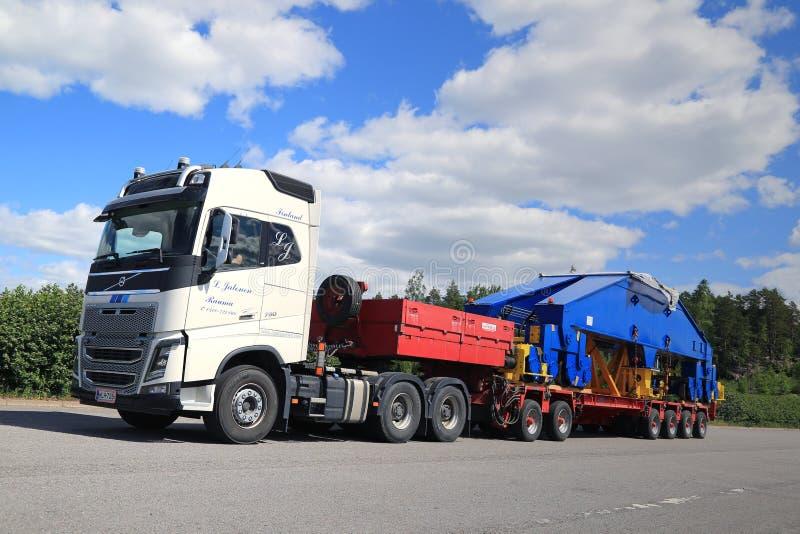 Vita Volvo FH16 750 halv transportsträckaskeppsvarv Crane Component arkivbilder