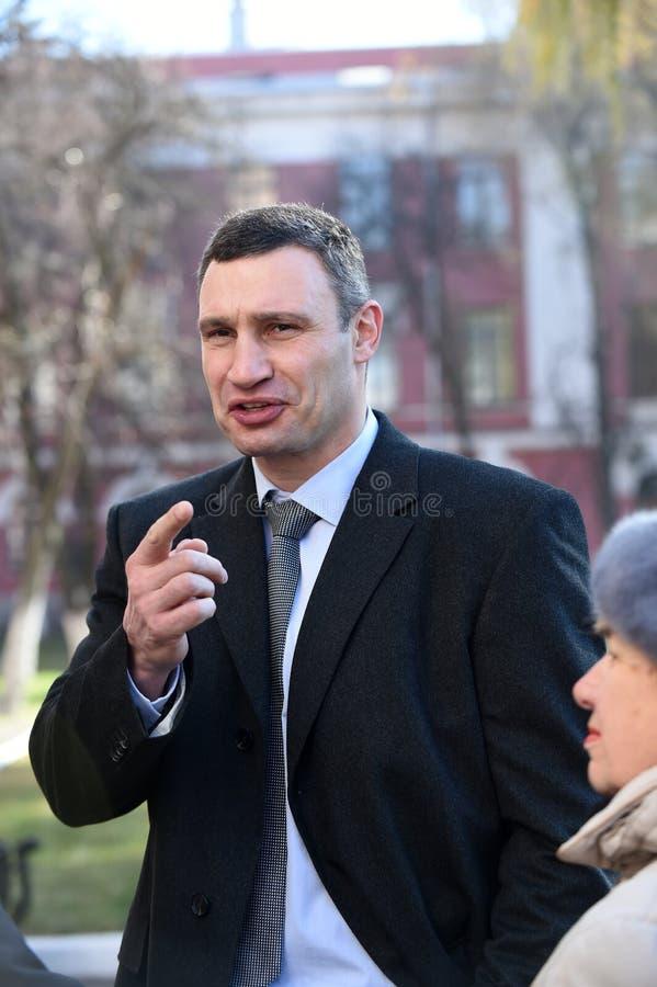 Vitali tallking对新闻工作者的Klitschko在表决以后在基辅, Uktr 库存照片