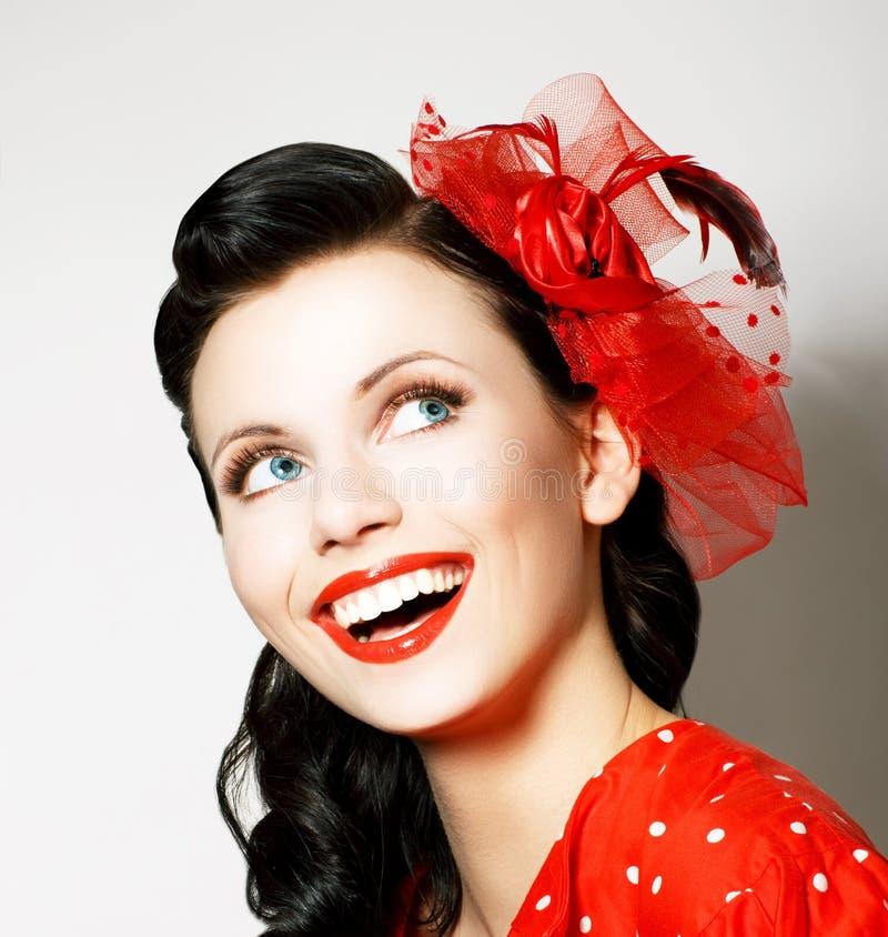 Vitalitet. Gladlynt ung kvinna med den röda pilbågen som tycker om. Nöje royaltyfri foto