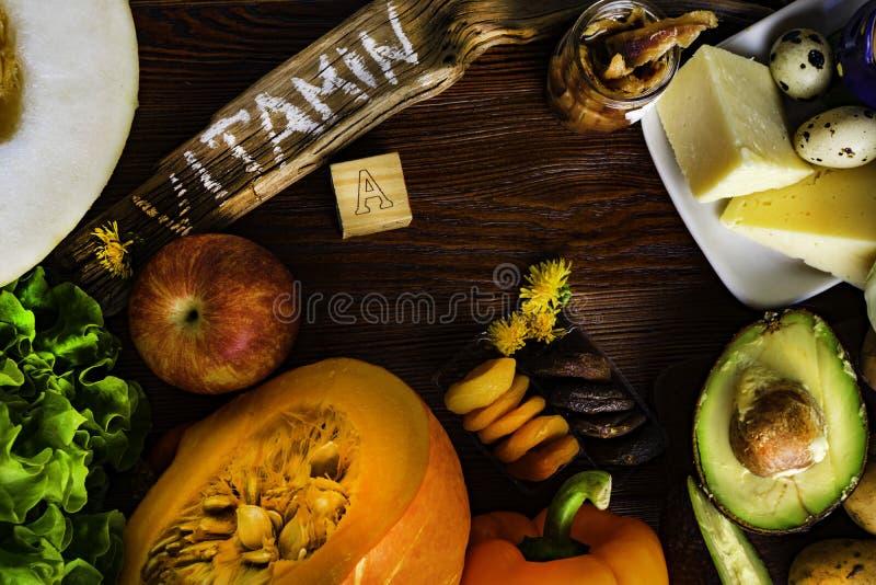 Vitamin A im Lebensmittel, Naturprodukte reich im Vitamin A als Pfeffer, Kürbis, Apfel, Kartoffel, Kohl, Avocado, getrocknete Apr lizenzfreie stockbilder