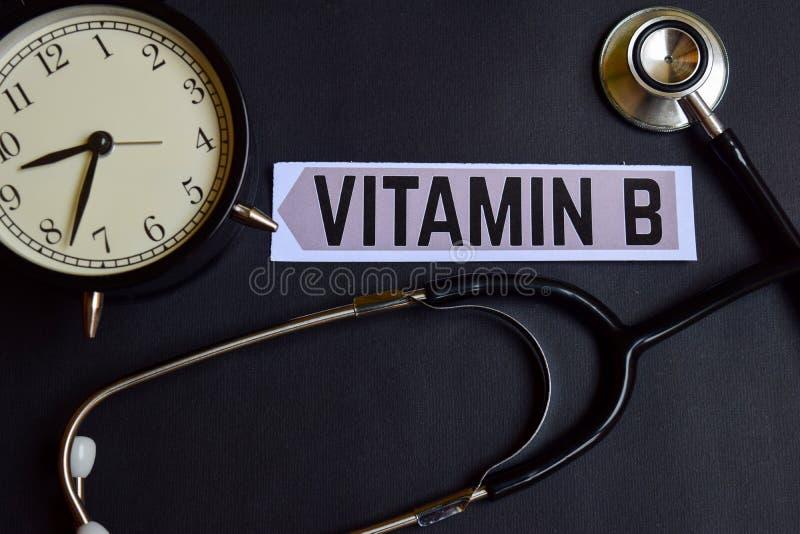 Vitamina B en el papel con la inspiración del concepto de la atención sanitaria despertador, estetoscopio negro fotos de archivo