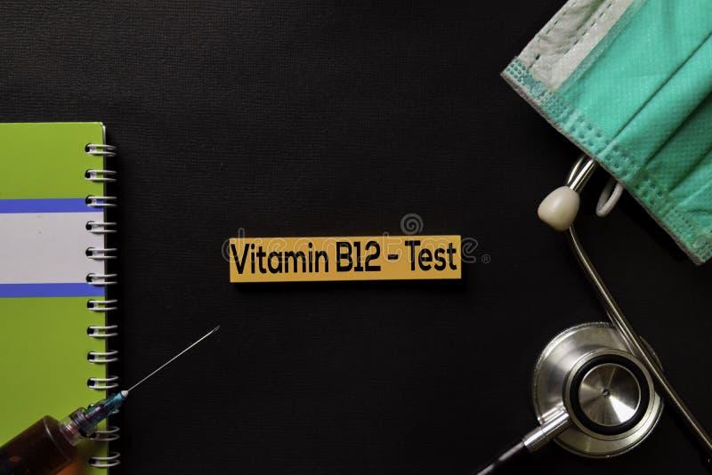 Vitamina B12 - teste na tabela do preto da vista superior com amostra de sangue e cuidados médicos/conceito médico imagens de stock royalty free