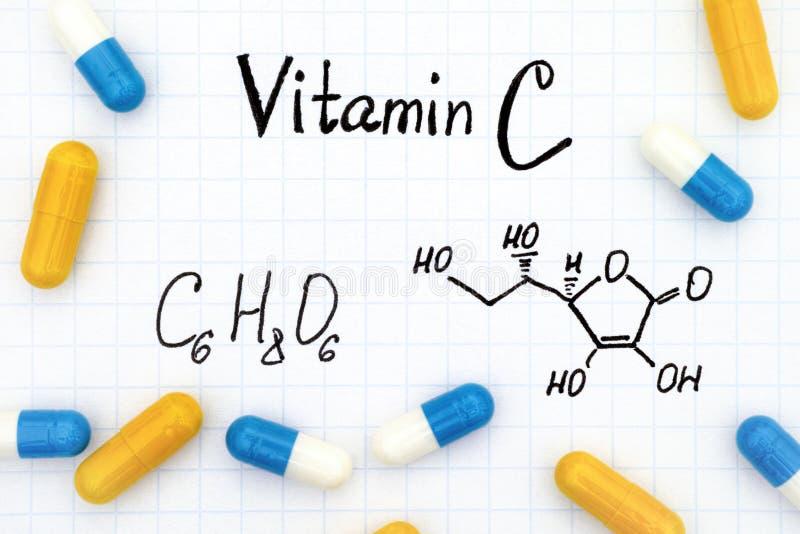Vitamina C da fórmula química e comprimidos imagem de stock