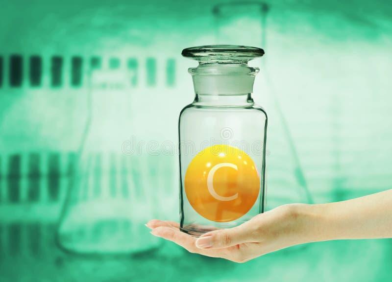 Vitamina C manipulada na clínica e no laboratório para lutar os vírus e as bactérias que aumentam a imunidade e a resistência foto de stock