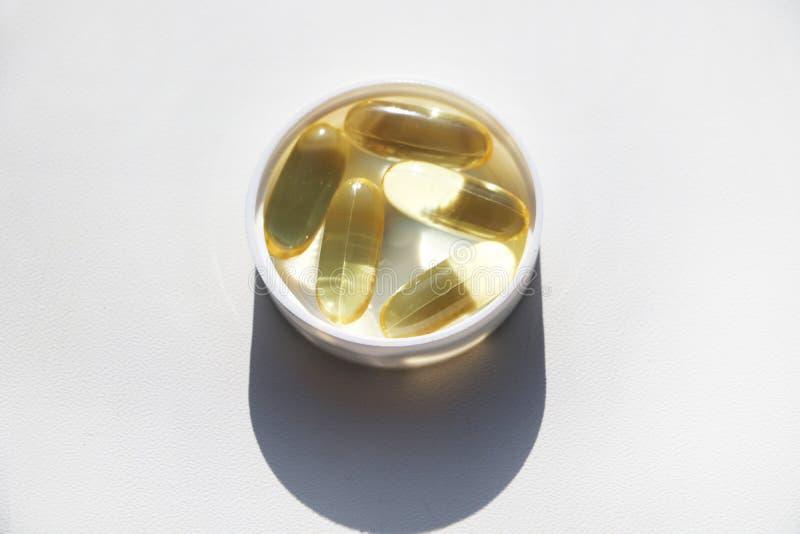 Vitamina D u Omega 3 en cápsulas del gel fotografía de archivo libre de regalías
