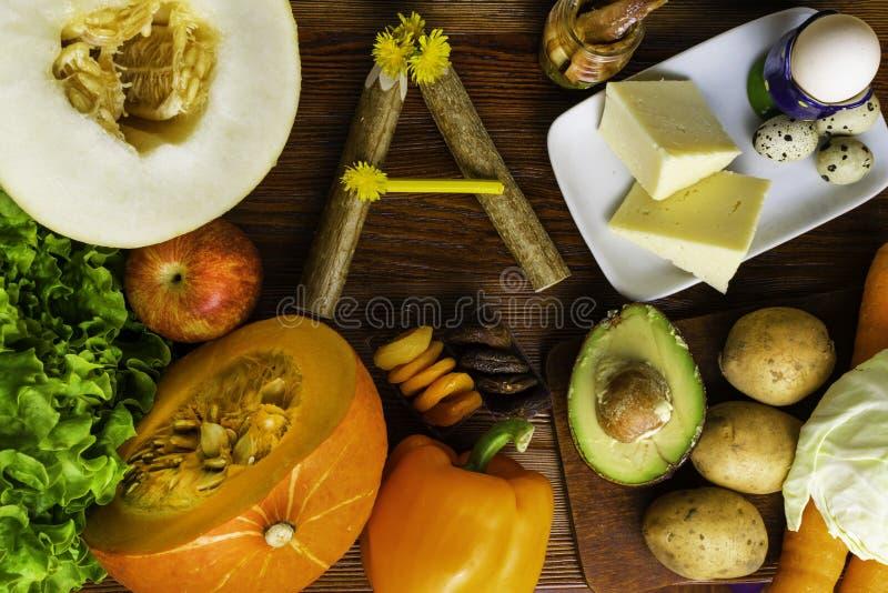 Vitamina A en la comida, productos naturales ricos en vitamina A como pimienta, zanahoria, calabaza, manzana, patata, col, aguaca fotos de archivo
