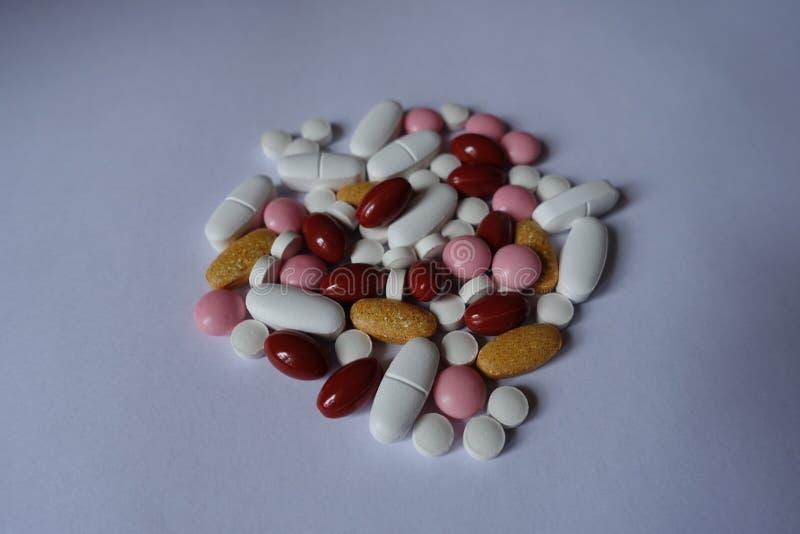 Vitamina K, multivitamínicos, xylitol, lutein, comprimidos do cálcio em um montão fotos de stock royalty free
