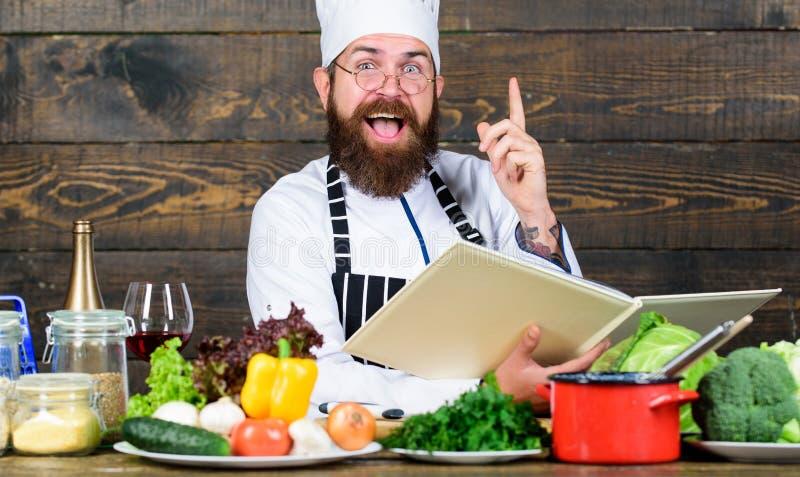 vitamina kitchenware do uso do homem Dieta com alimento biológico Produto-vegetais frescos de vegetables Homem farpado feliz que  imagens de stock