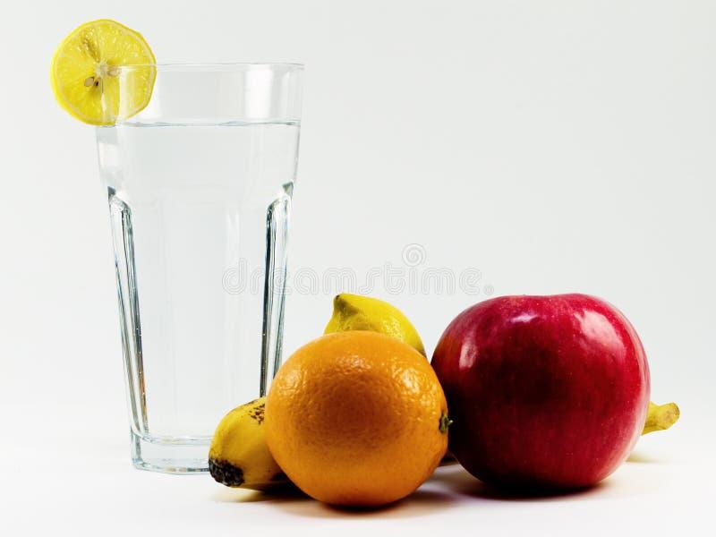 Vitaminas saudáveis da água e da fruta imagens de stock