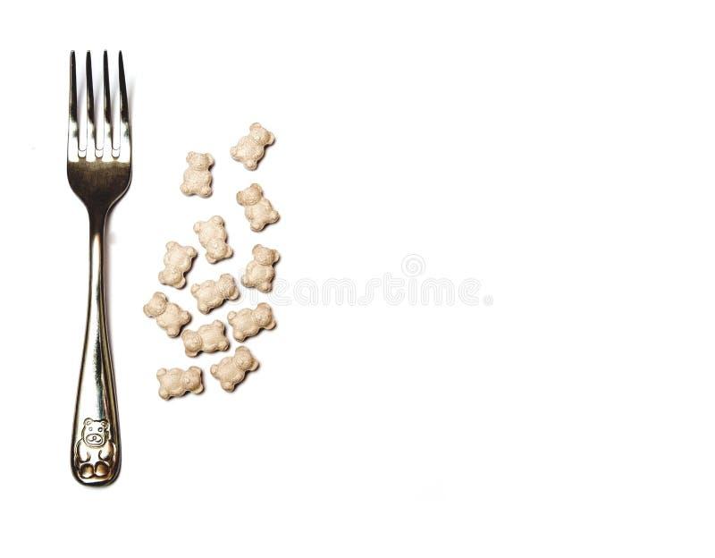 Vitaminas, suplementos alimenticios, en un fondo blanco, comparación con la comida foto de archivo
