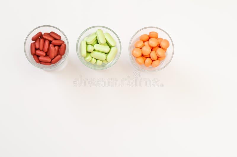 Vitaminas y píldoras coloridas fotografía de archivo libre de regalías