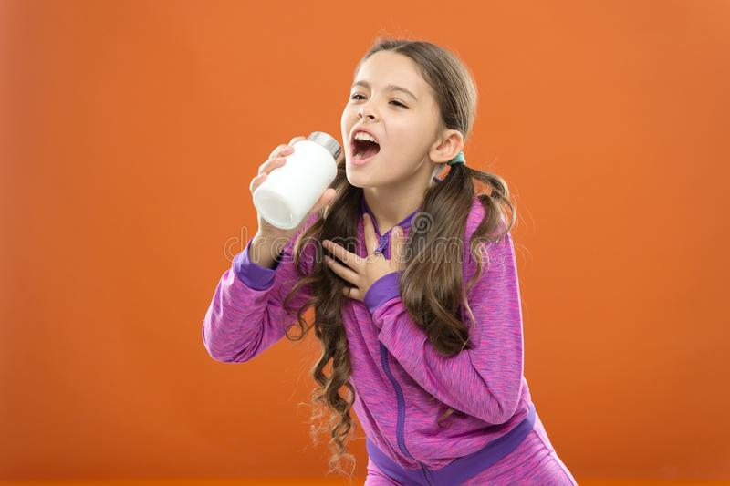 Vitaminbegrepp Behöv vitamintillägg Gullig flicka för barn att ta några mediciner Behandling och medicin Dekorativ etikett för de royaltyfria foton