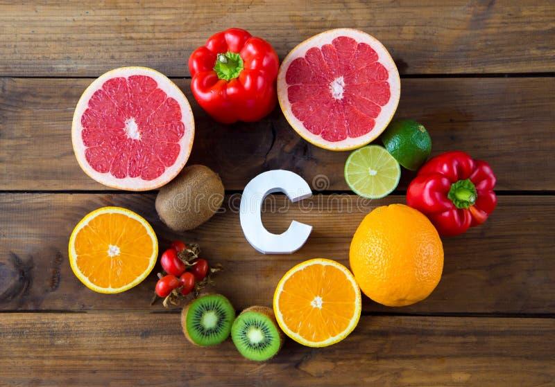 Vitamine C en fruits et légumes Produits naturels riches en vitamine C et mot C image stock