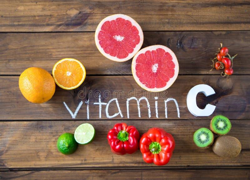 Vitamine C in vruchten en groenten Natuurlijke productenrijken in vitamine C stock foto