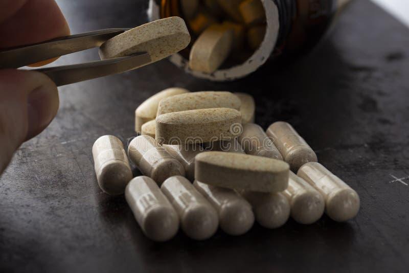Vitamine in capsule ovali fotografia stock