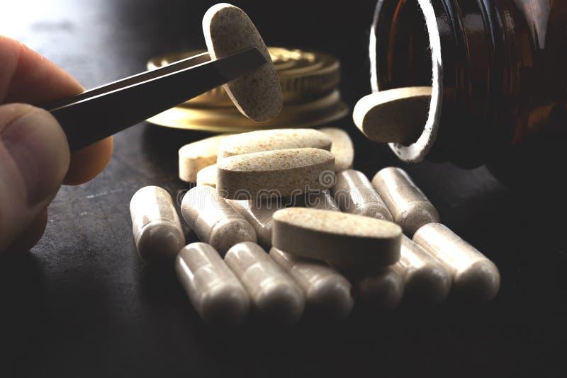 Vitamine in capsule ovali fotografie stock libere da diritti