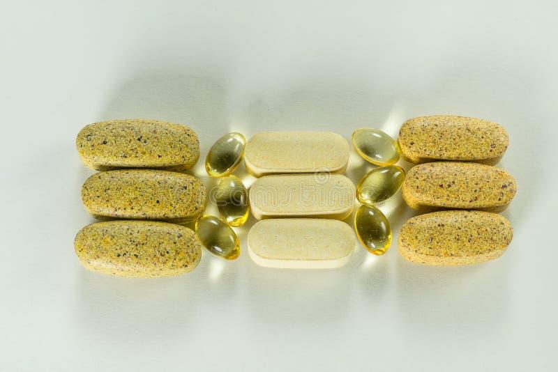 Vitamine, compresse degli integratori alimentari, capsule dell'olio di pesce Concetto della farmacia, della medicina e di salute immagini stock