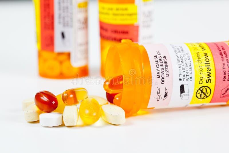 Vitamine, die Verordnungflasche überlaufen stockbild