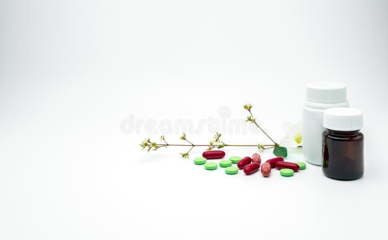 Vitamine en de pillen van de van de supplementtablet en capsule met bloem en tak met de lege fles van het etiket plastic, ambergl stock foto