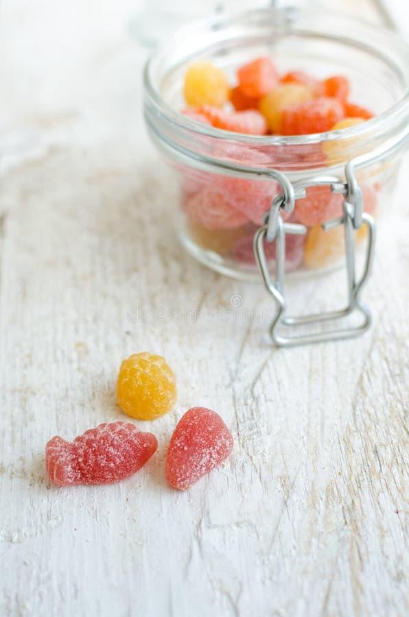 Vitamine gummiartig im Glasgefäß lizenzfreie stockfotografie