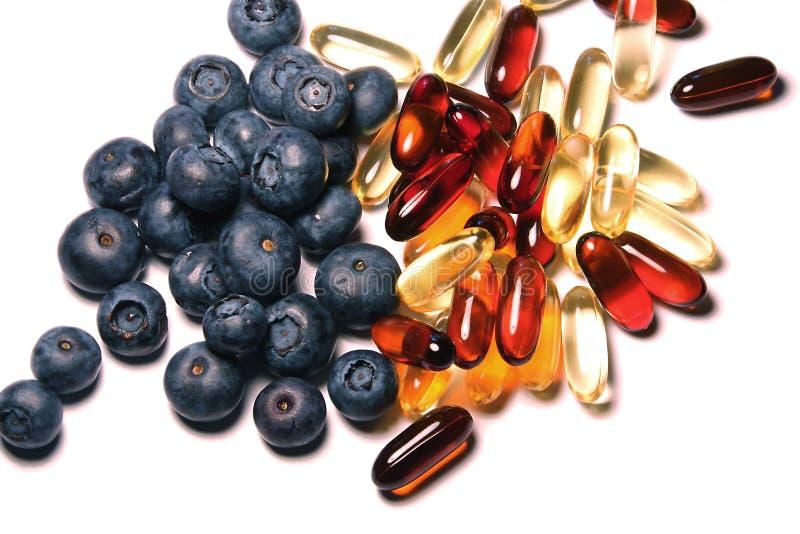 Vitamine und Blaubeeren lizenzfreies stockbild