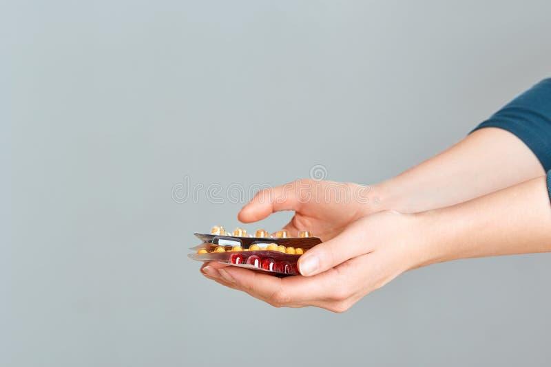 Vitamine und diätetische Ergänzungen Frauen-Holding-Vitamin-Pille in der Hand Nahaufnahme des glücklichen Mädchens Medizin nehmen stockbilder