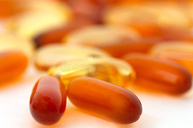 Vitamine und gesunde Ergänzungen auf weißem Hintergrund stockbilder