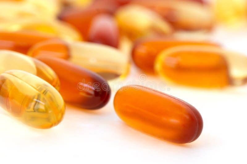 Vitamine und gesunde Ergänzungen auf weißem Hintergrund lizenzfreie stockfotos