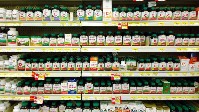 Vitaminen en supplementen op planken stock fotografie