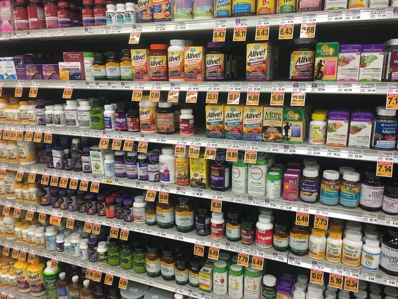 Vitaminen en Supplementensectie bij Opslag stock fotografie