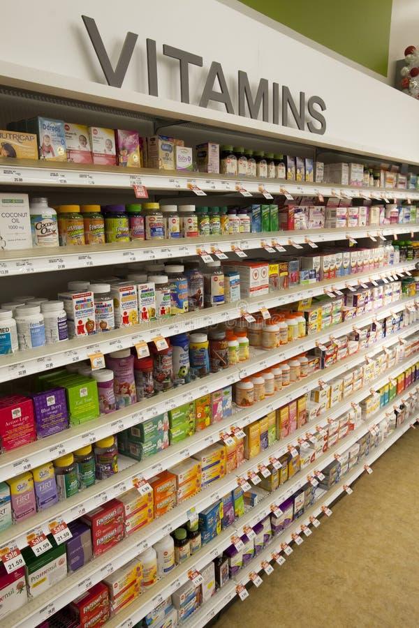 Vitaminer shoppar hyllor farmaceutiska produkter arkivbild