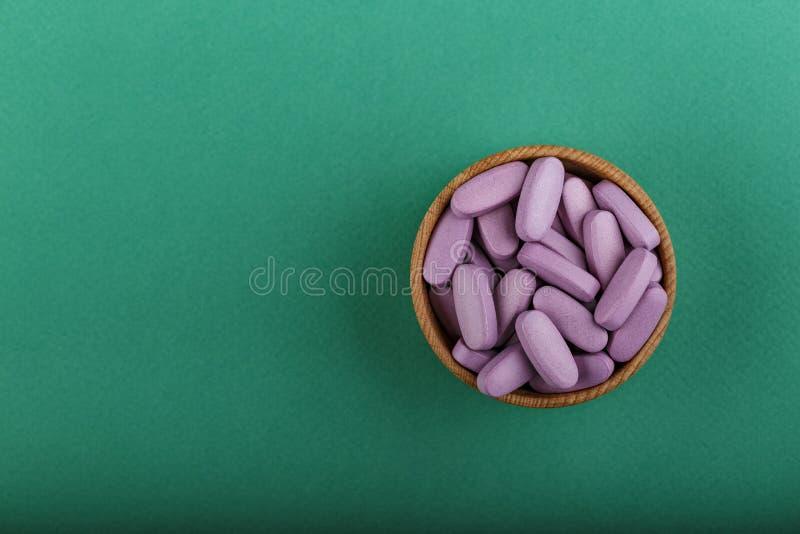 Vitamines dans un plat image stock