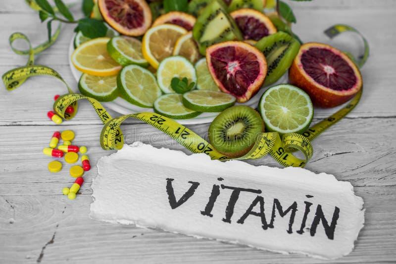 vitamines et fruits de pilules photo libre de droits