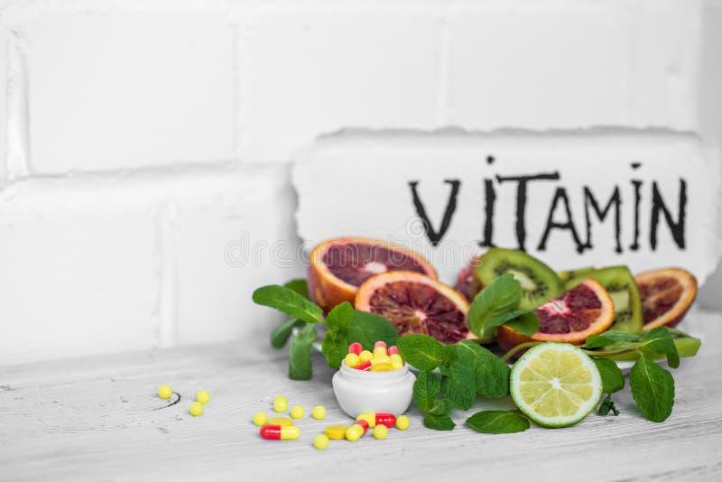 vitamines et fruits de pilules photo stock