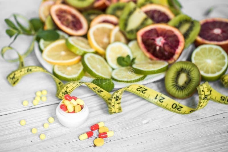 vitamines et fruits de pilules image stock