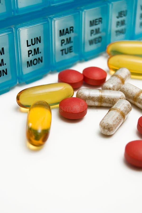 Vitamines et médicaments multiples d'isolement avec le récipient hebdomadaire photo libre de droits