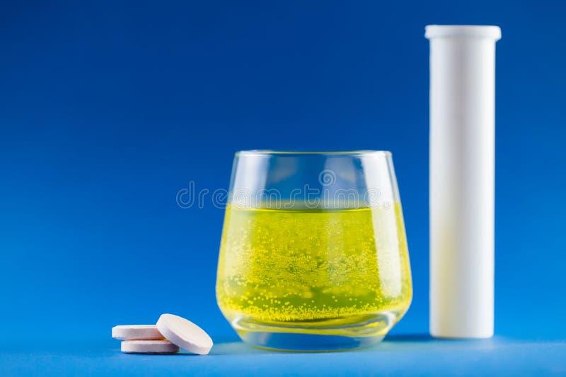 Vitamines sur le fond bleu photo libre de droits