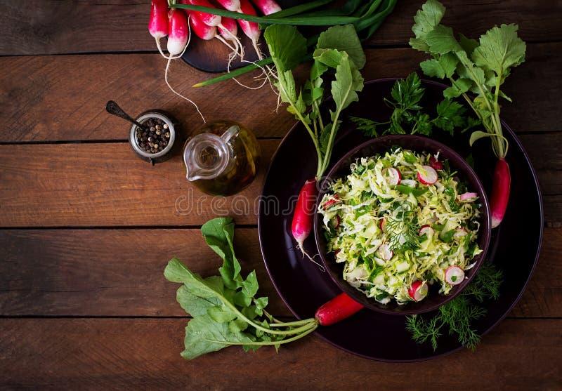 Vitaminsallad av unga grönsaker arkivfoton