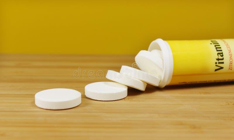 Vitamintabletten stockbild