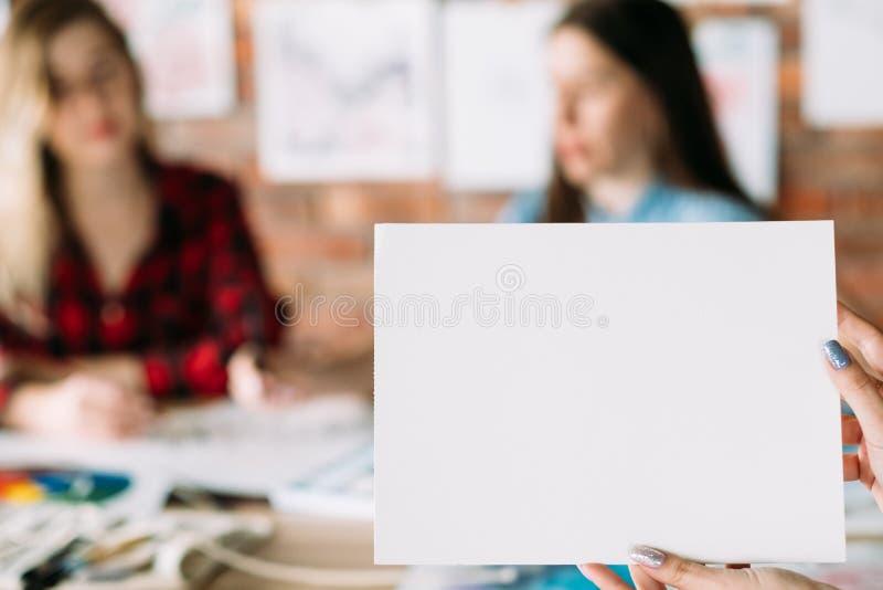 Vitbok för mellanrum för attraktion för bokstäver för konstmålarfärghantverk royaltyfri foto