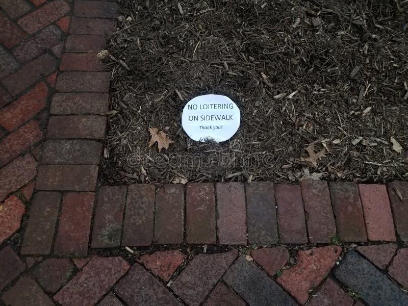 Vitbok som sölar inte på trottoaren, tackar dig tecknet på komposttäckning fotografering för bildbyråer