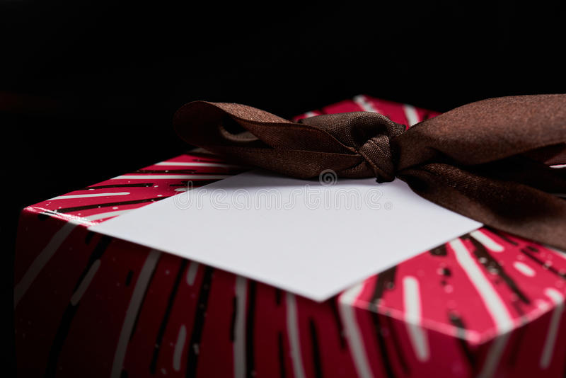 Vitboketikett på gåvaasken royaltyfria foton
