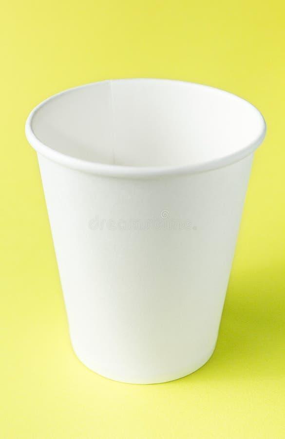 Vitbokkopp för sodavatten, fruktsaft, te och kaffe på gul bakgrund Utrymme för text, modell, lodlinje arkivfoto