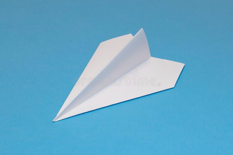 Vitboknivå på ett blått papper royaltyfri fotografi