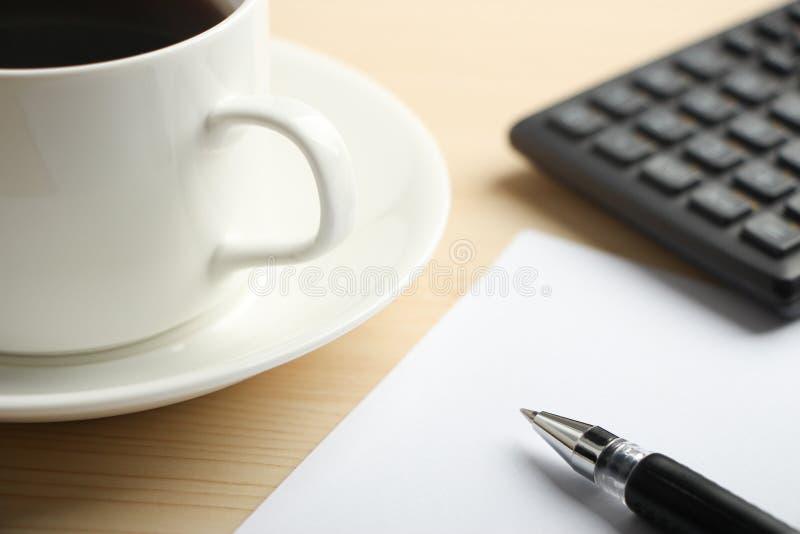 Vitbokräknemaskin och kaffe arkivfoto