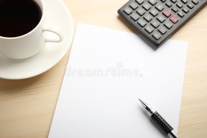 Vitbokräknemaskin och kaffe royaltyfri bild