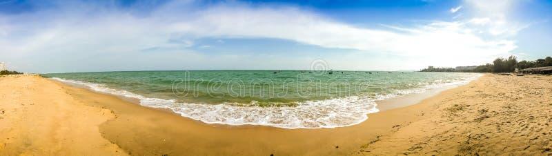 Vitbubblor som skapas på stranden av havvågor på kusten Fo royaltyfria bilder